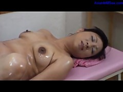 Milf Getting Her Hairy Pussy Fingered Fucked With Vibrator By The Masseur Squirting On The Massage B