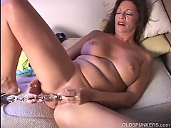 Sexy cougar frigs her juicy pussy